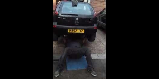 Homem faz sucesso na web ao usar carro como peso para prática de exercícios