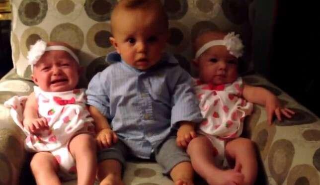 Vídeo mostra reação de bebê confuso ao ser colocado no meio de irmãs gêmeas idênticas recém-nascidas