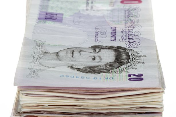 Marido joga cerca de 4 mil reais no lixo após esposa esconder dinheiro dentro de jornais e esquecer de avisá-lo