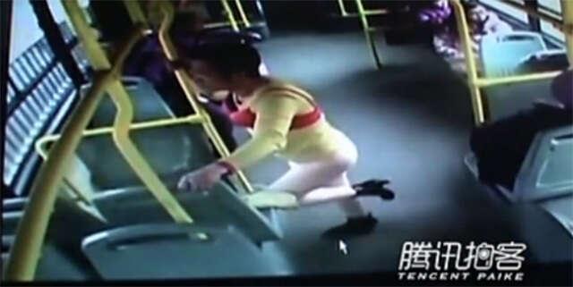 Marido de luto é filmado em ônibus usando roupas de sua falecida esposa