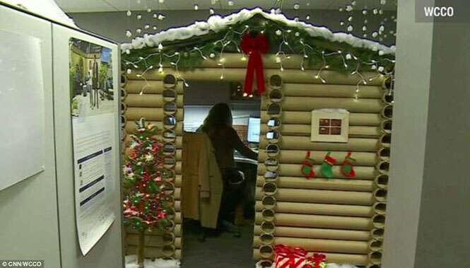 Casa natalina no escritório