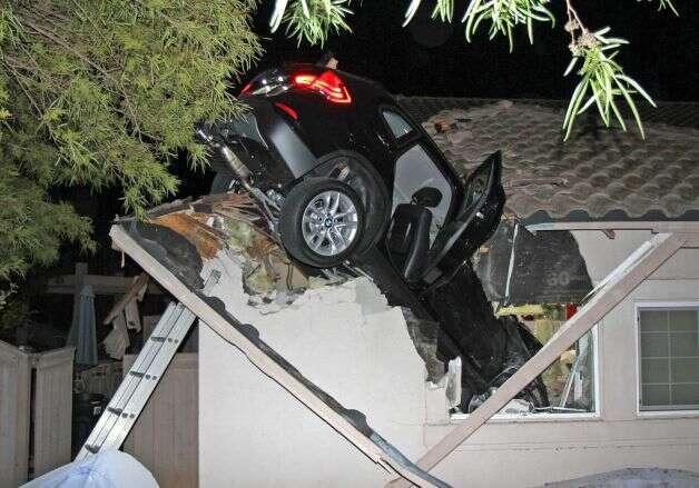 Carro atravessa telhado de residência após acidente incrível