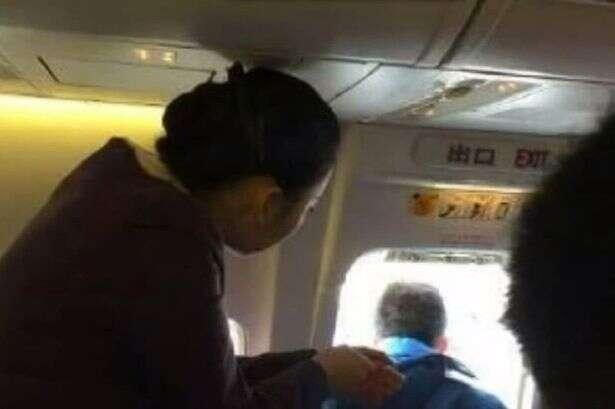 Passageiro causa alvoroço ao abrir porta de emergência de avião