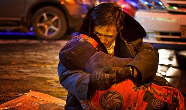 Esposa morre no meio da rua e marido fica por duas horas abraçado ao corpo