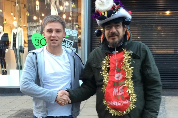 Jovem que ajudava morador de rua lhe pagando café todas as manhãs, recebe cartão de Natal comovente
