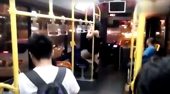 Mulher dançando pole dance dentro de ônibus se torna viral na web