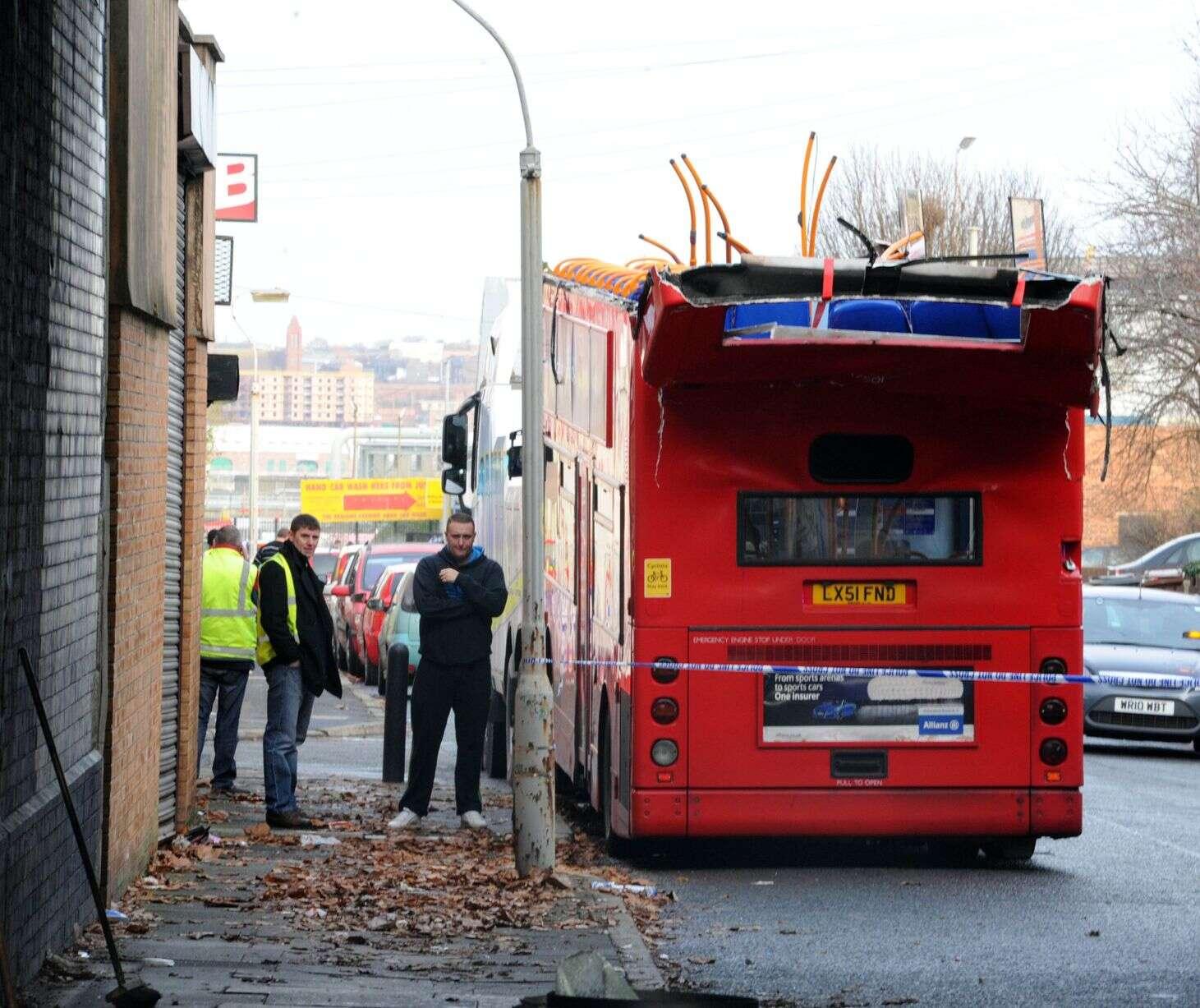 Ônibus perde o teto ao tentar cruzar túnel