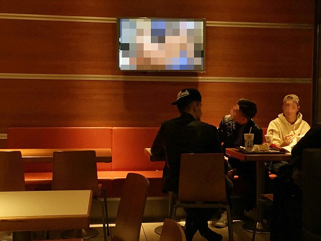 Lanchonete do McDonald's causa polêmica ao exibir filme adulto no estabelecimento