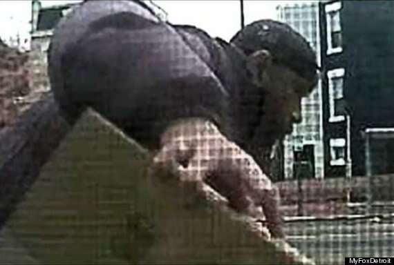 Mulher engana ladrão colocando dejetos de cachorros em embalagem após ter diversos pacotes de encomendas roubados