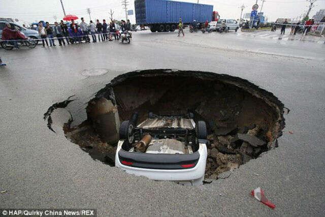 Vídeo flagra carro sendo engolido por buraco em estrada