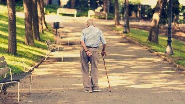 Idoso de 85 anos é multado por atravessar rua muito devagar