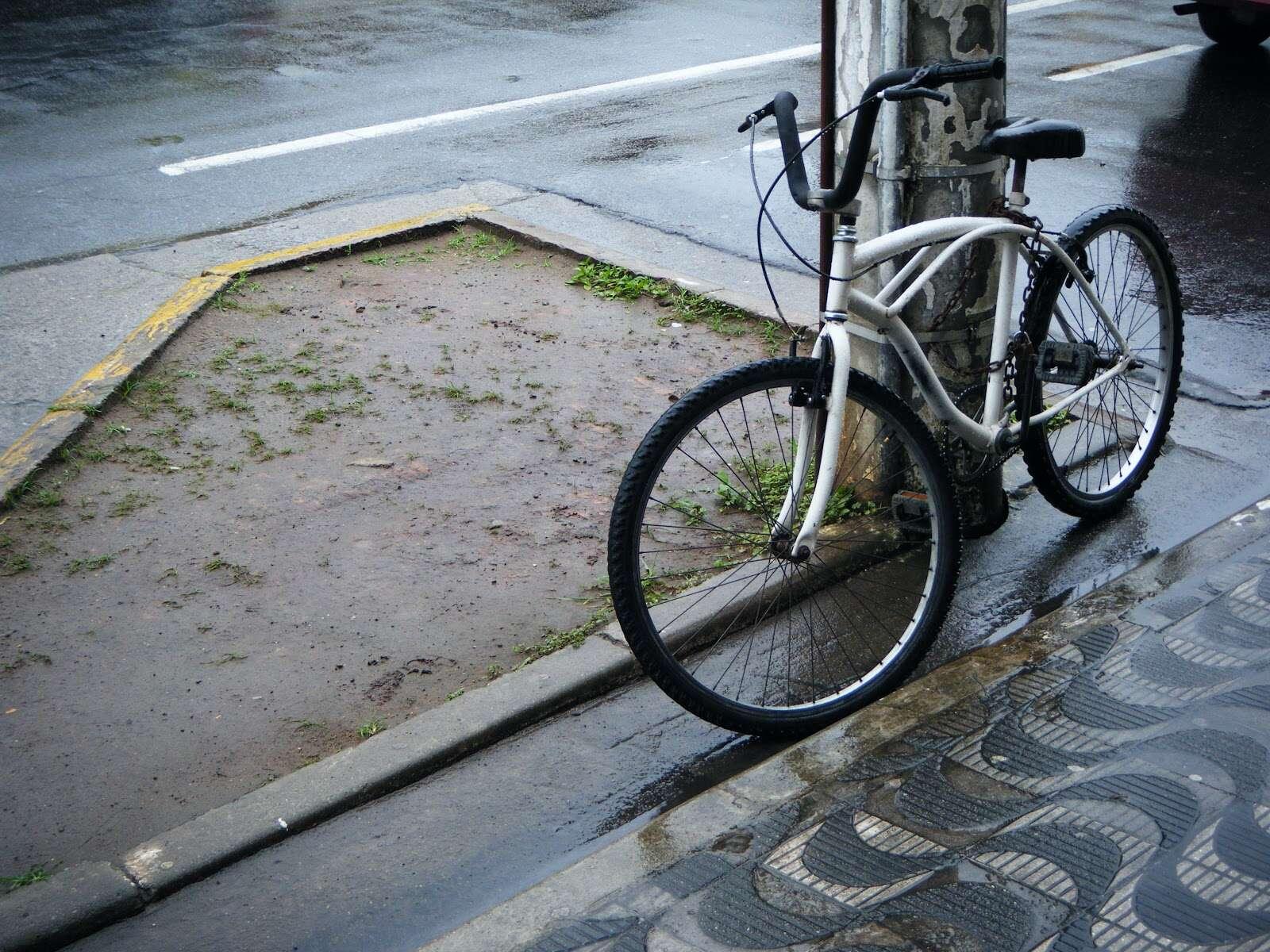 Ciclista pedalando nu é multado por não estar usando capacete.