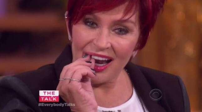 Atriz perde o dente durante programa de TV ao vivo