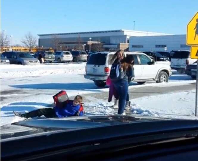 Homem não consegue parar de rir enquanto filma dezenas de estudantes caindo durante trajeto na neve até a escola
