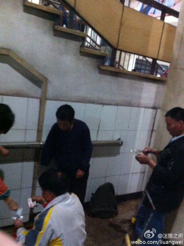 Mendigo é flagrado usando iPhone 6 para fotografar amigos contando dinheiro