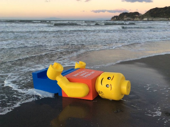 Boneco de Lego em praia