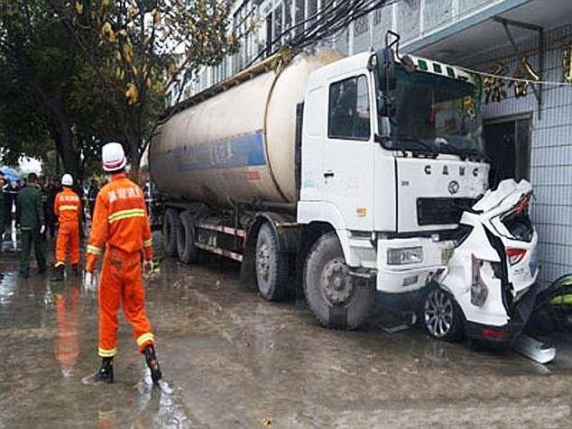 Ocupantes de carro milagrosamente escapam sem ferimentos após veículo ficar totalmente esmagado em acidente incrível