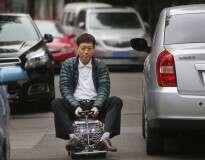 Homem constrói mini carro de 60 centímetros com as próprias mãos