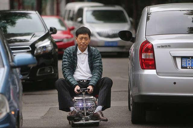 Homem constrói mini carro de 60 centímetros