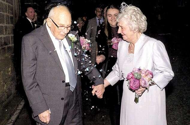 Casal que se divorciou após 21 anos de casamento, se casa novamente