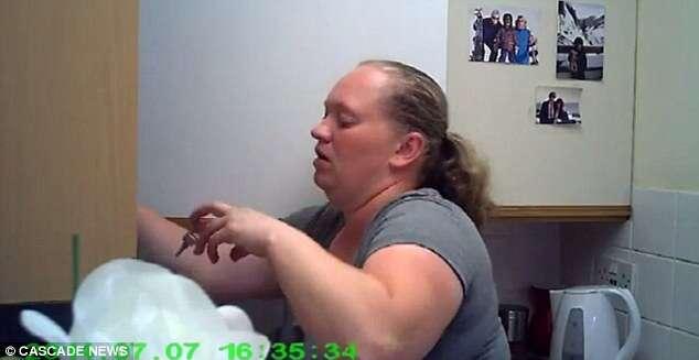 Vídeo flagra momento em que cuidadora rouba dinheiro de idosa de 90 anos