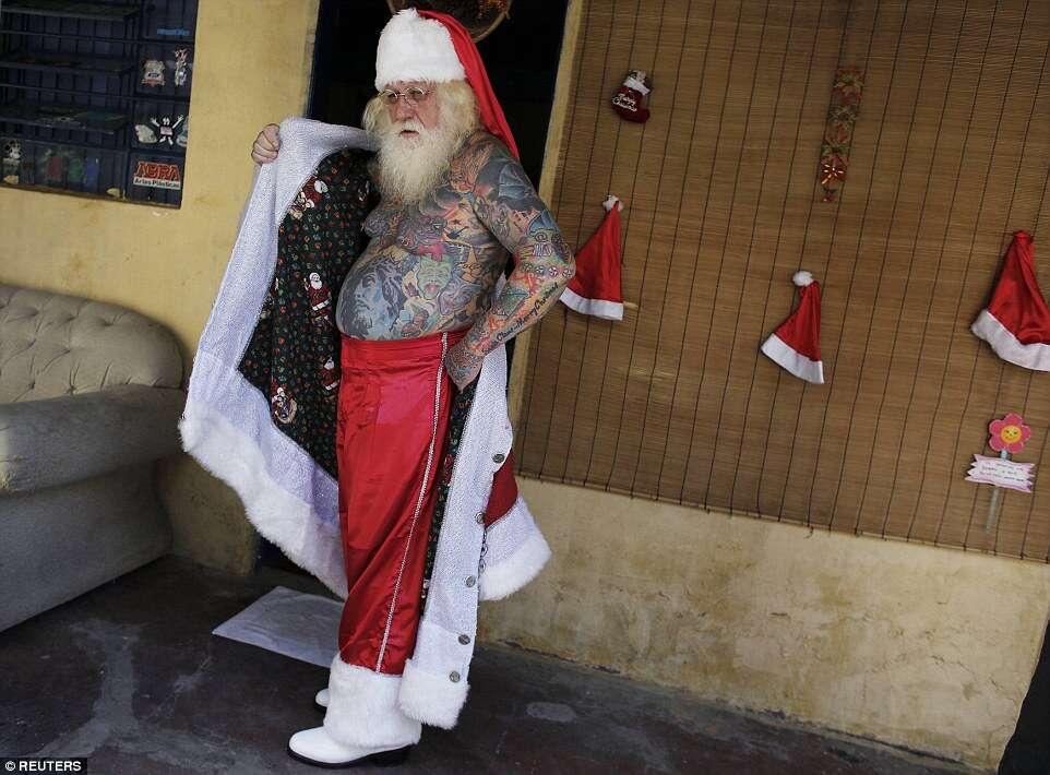 Conheça o Papai Noel brasileiro que possui 94% do corpo tatuado