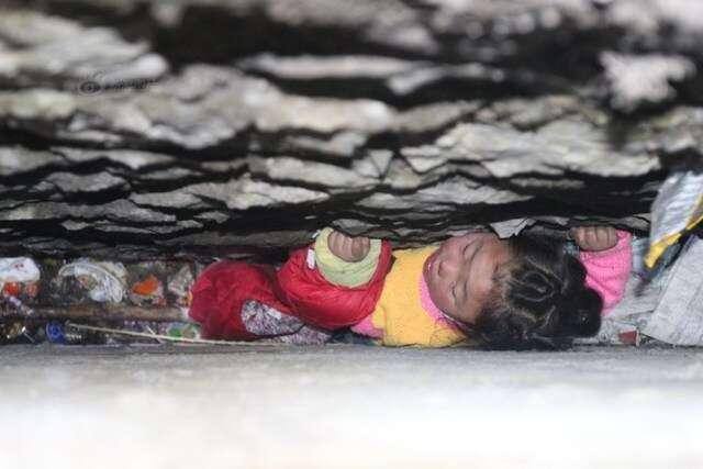 Menina de 4 anos fica presa em fenda após cair de muro