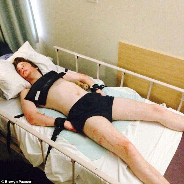 Casal fica revoltado após filho autista ser acorrentado à cama de hospital