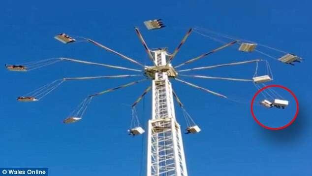 Espectadores filmam momento chocante em que balanços de brinquedo de parque de diversões colidem