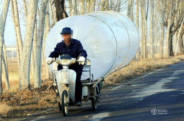 Homem é visto roubando gás natural em saco gigante