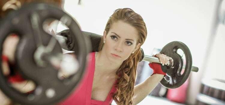 Estudo revela que mulheres que levantam peso são mais atraentes em relação as que apenas correm na esteira na academia