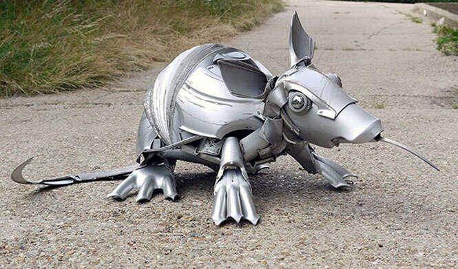 Esculturas de animais com peças de carros recicladas