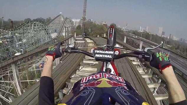 Maluco arrisca a vida ao dar volta em montanha-russa de moto