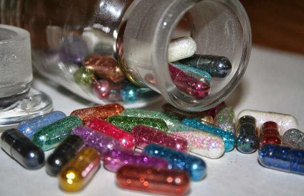 Pílulas de glitter prometem adicionar brilho e cor às fezes