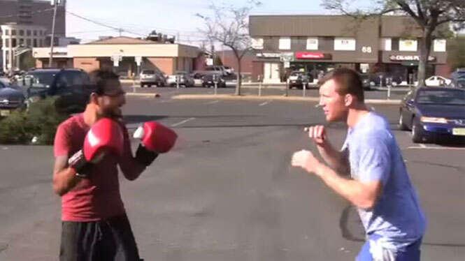 Homem desafia pessoas a darem soco em seu rosto