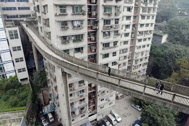 Ponte incrível liga rua ao 13º andar de edifício