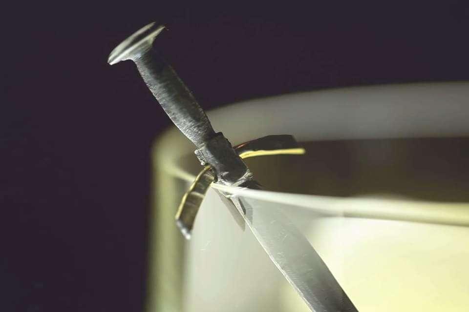 Pregos em forma de espadas em miniatura