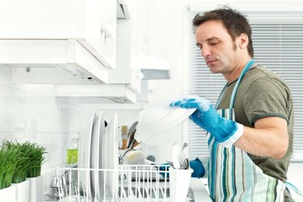 Homens que ajudam no trabalho doméstico tem mais relação íntima, diz estudos