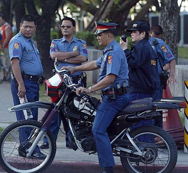 Policiais são obrigados a usar fraldas durante a chegada do Papa nas Filipinas