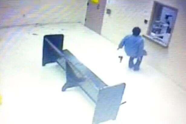 Mulher armada tenta intimidar policiais em delegacia durante tentativa de fazê-los mata-la