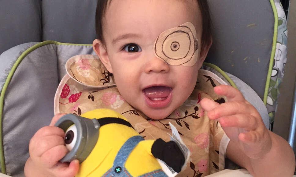 Pai de garotinha que sofre de catarata transforma problema em brincadeira