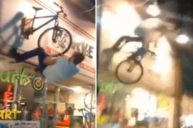 Jovem tenta simular pedalada em bicicleta de letreiro e acaba caindo, quebrando vários ossos do corpo