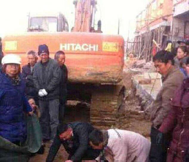 Mulher é esmagada até a morte ao deitar na frente de escavadeira