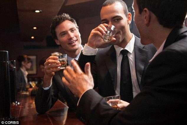 Trabalhar mais de 48 horas por semana deixa pessoas mais propensas a se alcoolizarem, diz estudo