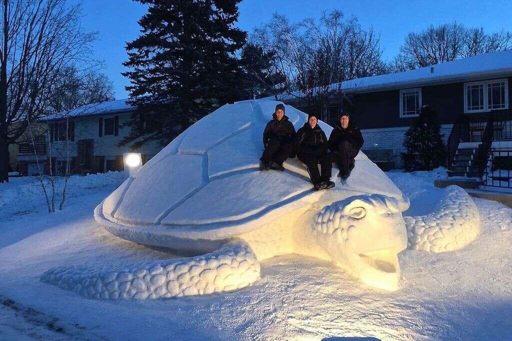 Irmãos fazem esculturas gigantes de neve