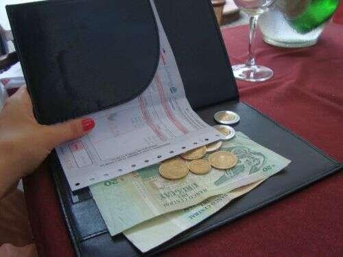 Bêbado tenta entregar fortuna para garçonete que lhe serviu lanche no valor de 7 reais