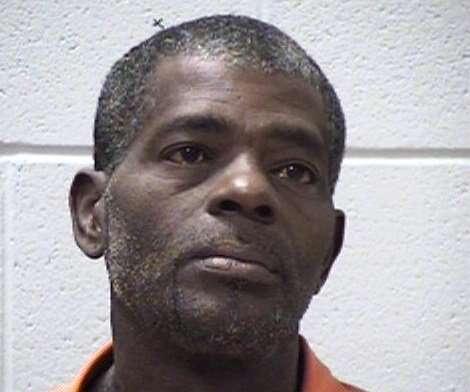 Homem é preso após espancar namorada com filhote de cachorro