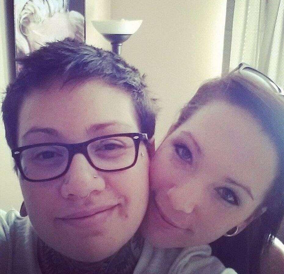 Igreja cancela funeral após parentes de falecida tentarem exibir vídeo de beijo lésbico