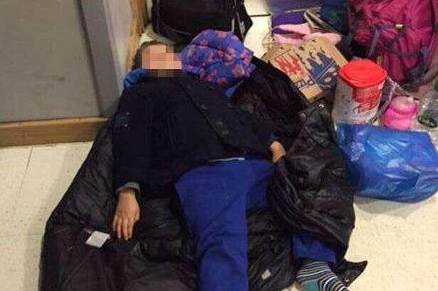 Mãe e filhos são obrigados a dormir no chão de delegacia