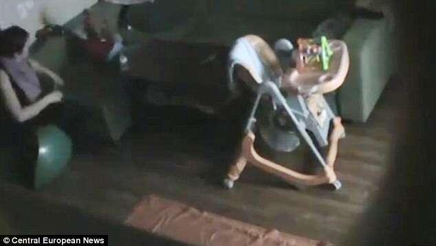 Babá é flagrada abusando de bebê de 11 meses por câmera escondida